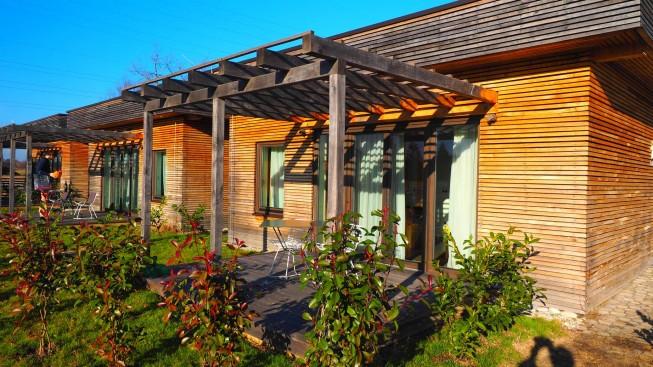 Drveni bungalovi u zelenilu