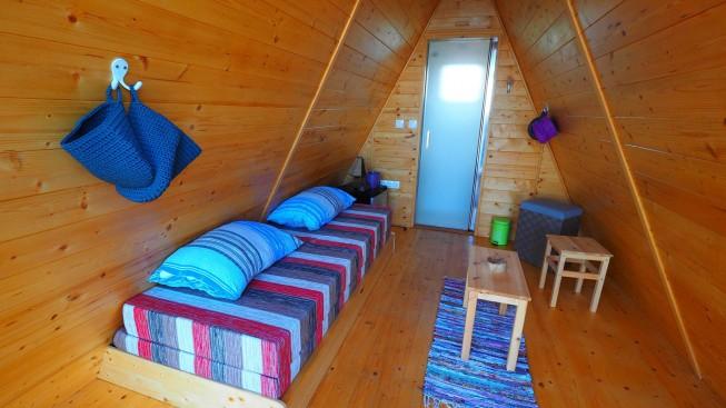 Unutrašnjost glamping šator s kupaonom i wc-om