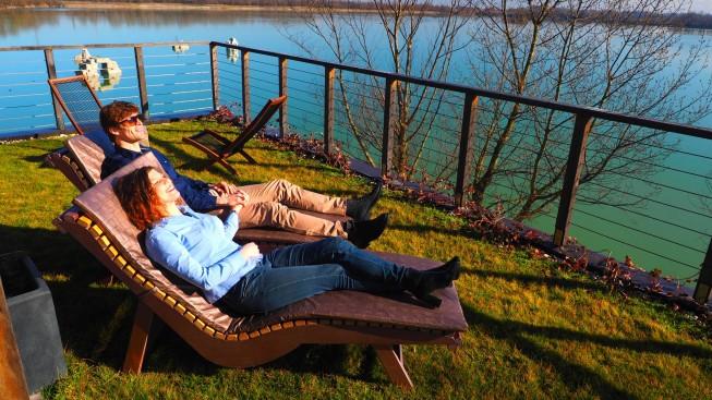 Travnato sunčalište wellnessa s pogledom na čitavo jezero