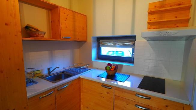 Unutrašnjost bungalova s kuhinjom